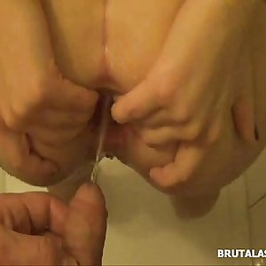 Amatuer dickblowers fills her nut sack with a big dildo and piss